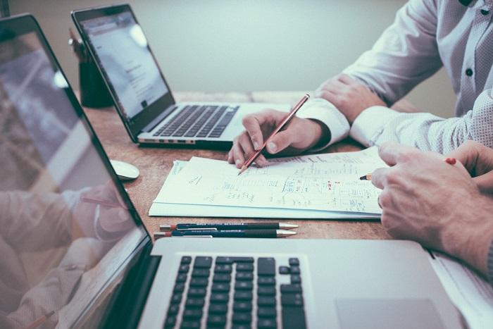 business-men-desk-laptop-pen
